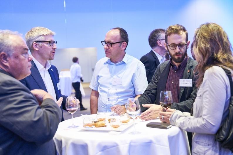 Stadtparlamentarier unter sich: Jörg Krähenbühl (SVP, links), Roger Sonderegger (CVP), Daniel Furrer (SP) und Claudio Soldati (SP) diskutieren am Behörden-Apéro vom 29. September (Bild: Emanuel Ammon/Aura).