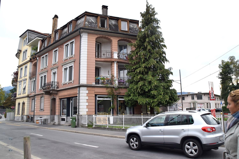 In diesem Haus, vorne an der Ecke, ist die neue Rösterei einquartiert. Gleich rechts davon geht der neue Velo- und Fussgängerweg auf dem alten Zentralbahn-Trassee vorbei (Bild: lwo).