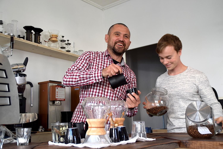 Manolo Gonzalez und Nik Staub richten ihr neues Cafe Tacuba ein (Bild: Luca Wolf).