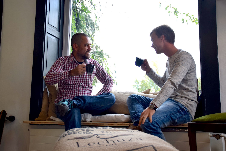 Kurze Schnaufpause bevor das Einrichten weiter geht: Manolo Gonzalez und Nik Staub gönnen sich einen Spezialkaffee (Bild: Luca Wolf).