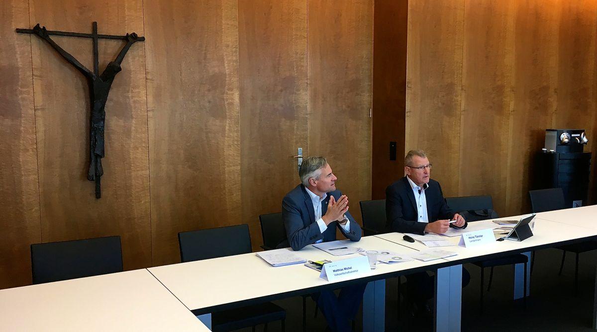 Die Zuger Regierungsräte Matthias Michel (links) und Heinz Tännler verteidigen das zweite Sparpaket, über welches das Volk am 27. November abstimmt.
