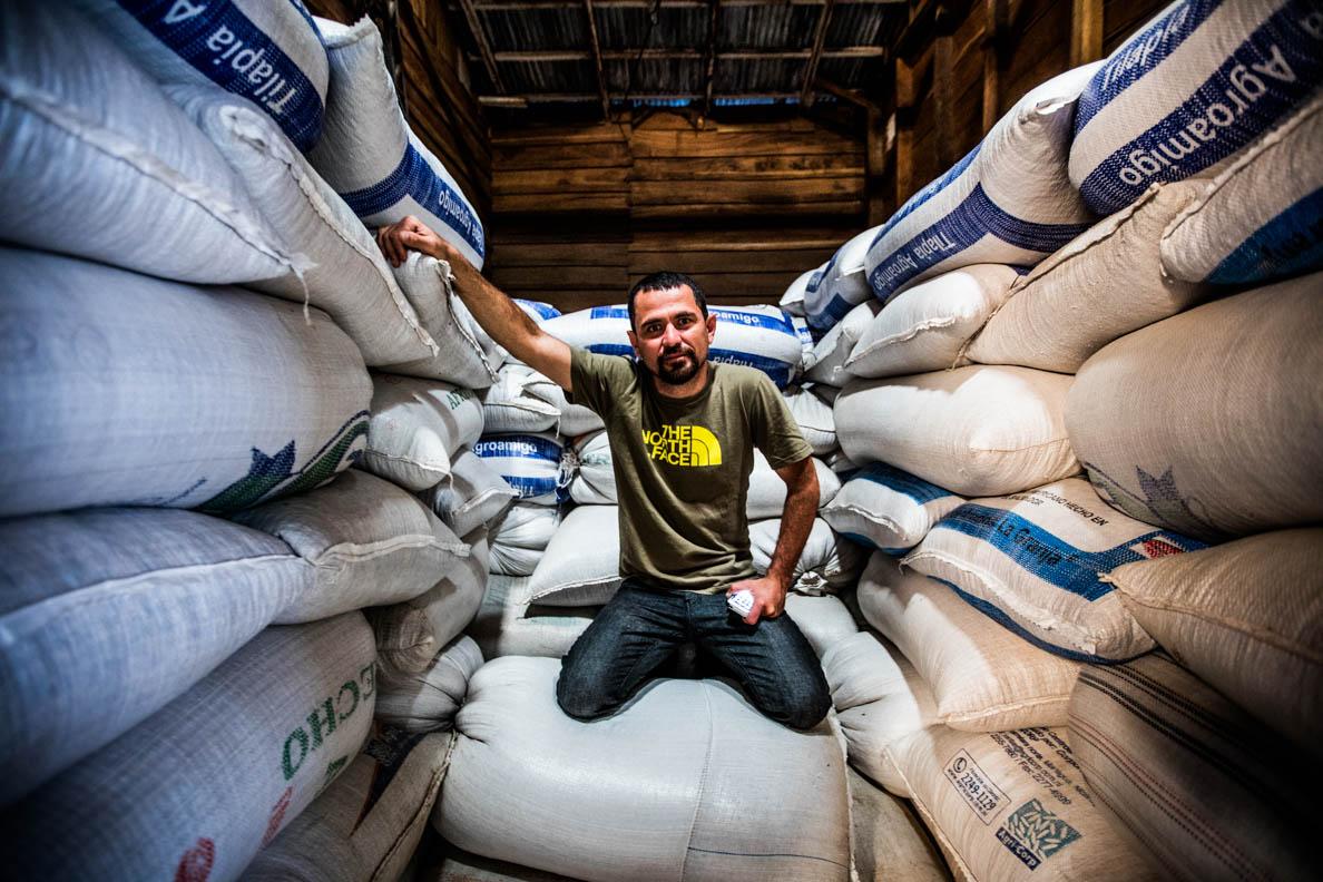 Manolo Gonzalez zeigt seine in El Salvador gelagerte Ernte (Bild: Jianca Lazarus).