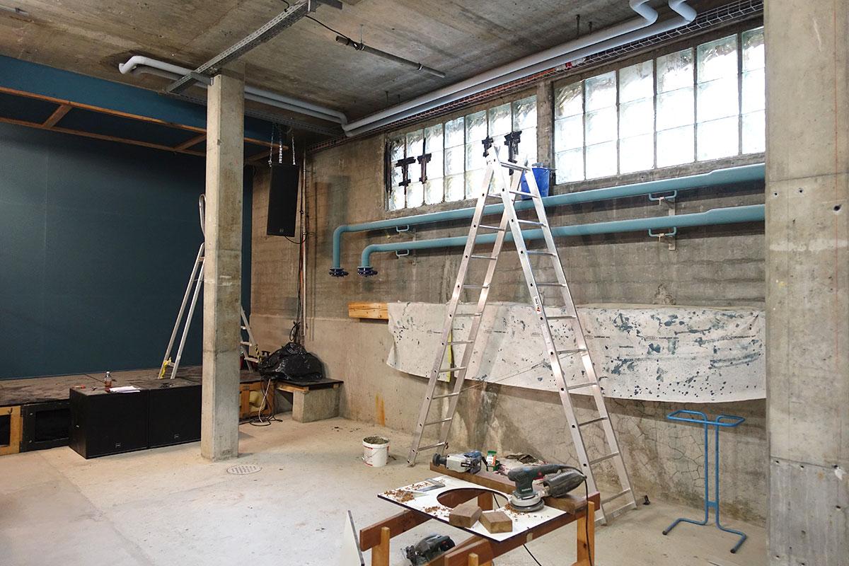 Der Hauptraum im Keller mit der Bühne links. Die Fenster oben wurden gegen schalldichtes Glas ersetzt. (Bild: jwy)