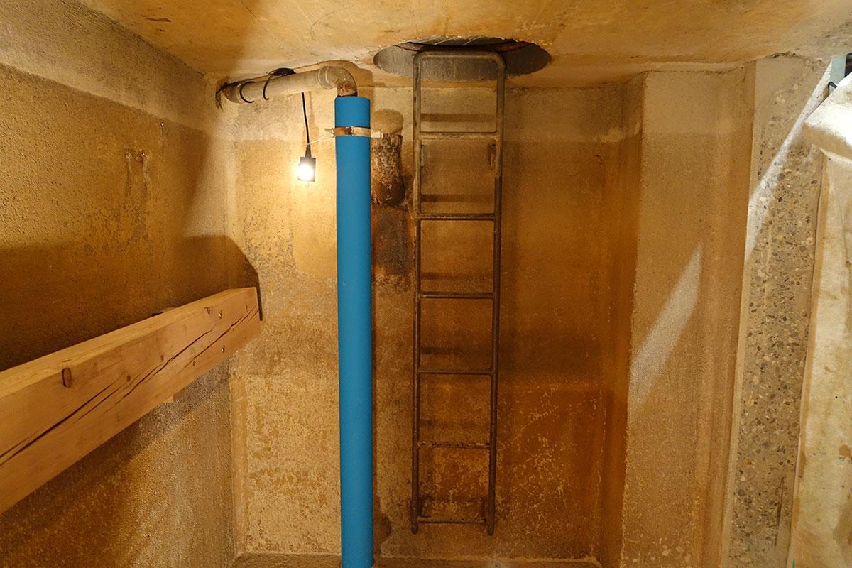 Um in diesen Raum zu gelangen, musste man einen Durchgang in den dicken Beton fräsen (rechts zu sehen). (Bild: jwy)