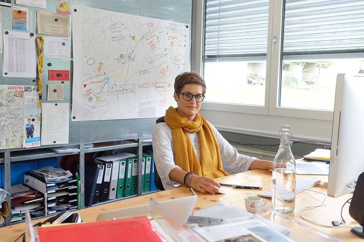 Corinne Imbach an ihrem Arbeitsplatz in einer Luzerner Bürogemeinschaft. (Bild: jwy)