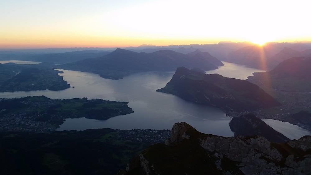 Sonnenaufgang auf dem Pilatus: Blick auf den Vierwaldstättersee (Bild: Luca Wolf).