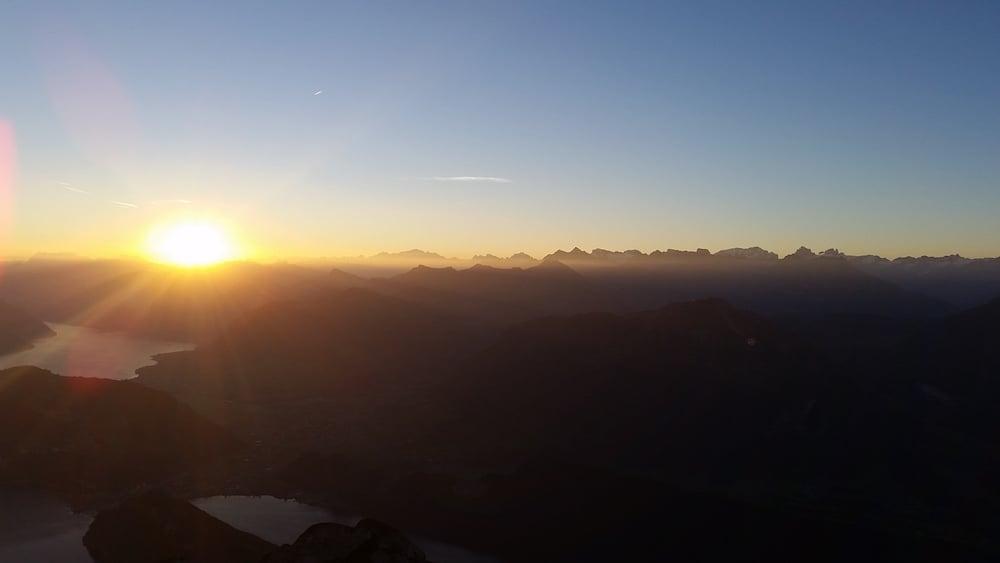 Sonnenaufgang auf dem Pilatus: Blick auf den Vierwaldstättersee und die Gebirgskette (Bild: Luca Wolf).