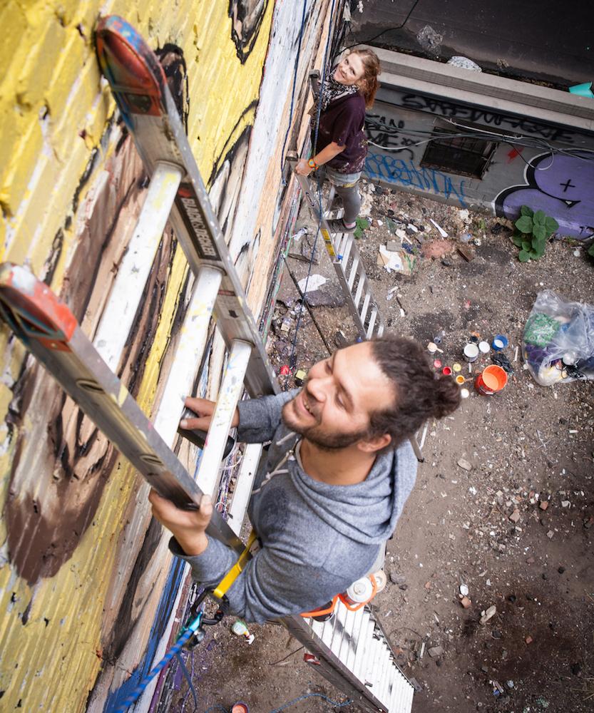 Malen in sechs Metern Höhe: Marco Schmid und Vero Bürgi bei der Arbeit in New York (Bild: QueenKong).