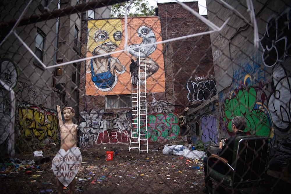 So sieht das Werk von QueenKong in New York durchs Absperrgitter betrachtet aus (Bild: QueenKong).