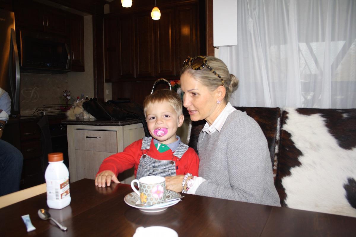 Gemütlich trotz wenig Platz: Anja Bourquin und Sohn Jeremy am Esstisch.