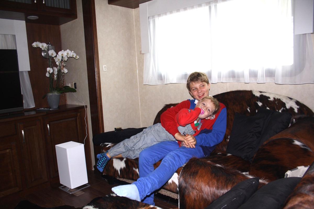 Für andere Kids ein Freizeit-Traum: Die beiden Jungs leben oft im Schausteller-Wagen.