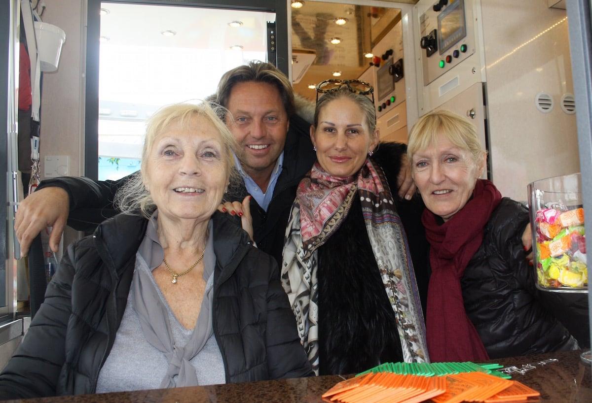 Die ganze Familie hilft mit. Auch Mutter Bourquin (links) und ihre Schwester.