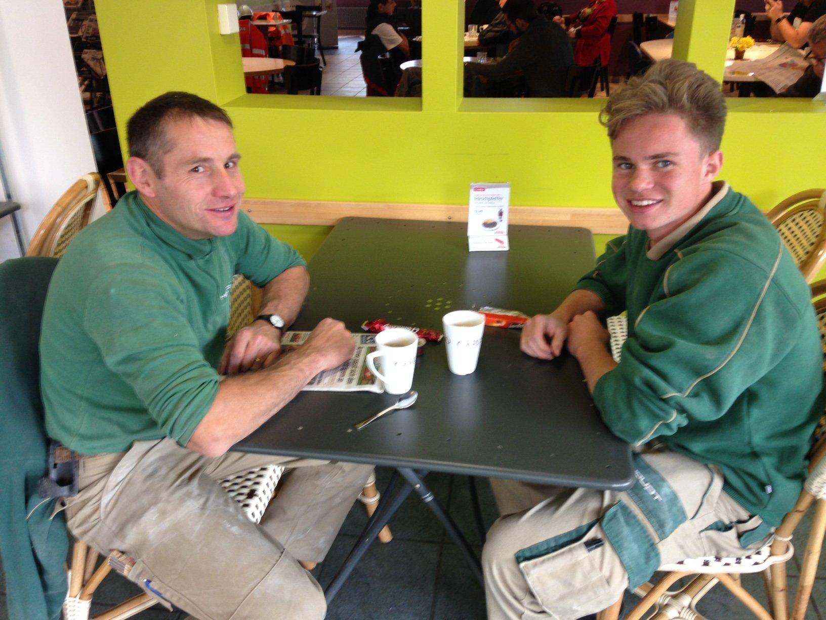 Philipp Roos (links) und Lukas Renggli beim Kaffee nach dem Mittagessen im Mikros-Restaurant. (Bild: zentralplus/bas)