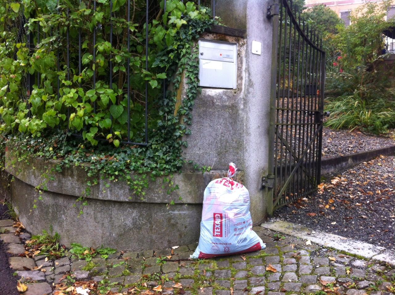 Abends raus und morgens weg: Der Kleidersack wird vom Pöstler geholt. (Bild: web)