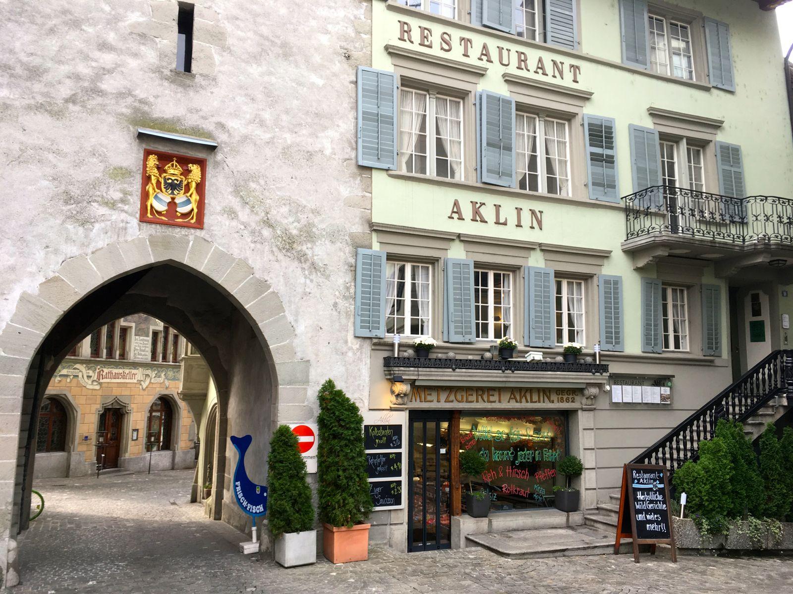 Das «Aklin» neben dem historischen Zytturm. Hinten sieht man den «Rathauskeller», der erstmals nicht mehr im Gourmetguide erwähnt ist.