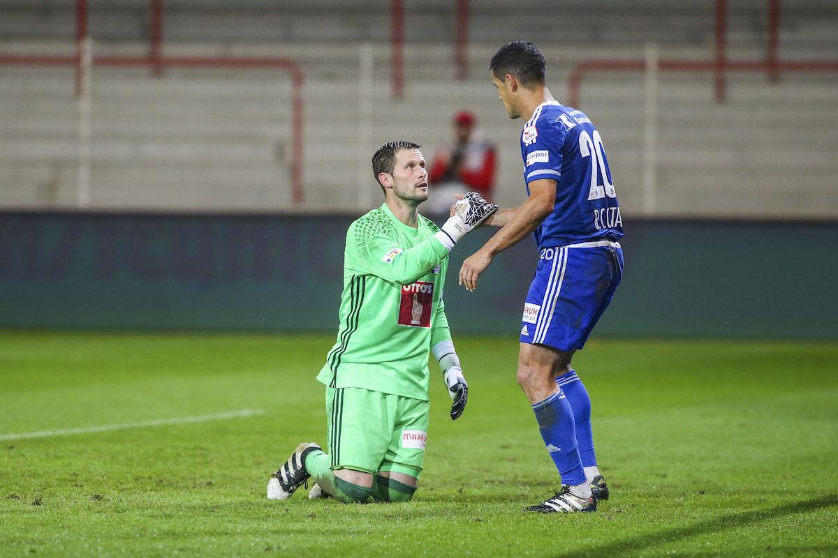 FCL-Goalie David Zibung und neo-Verteidiger Ricardo Costa harmonieren noch nicht perfekt (Bild: Fotostand / Bansemer).