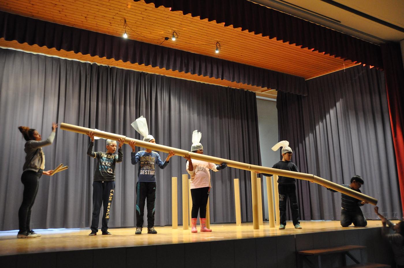 Während einer Woche spielen Kinder von überall her zusammenTheater.