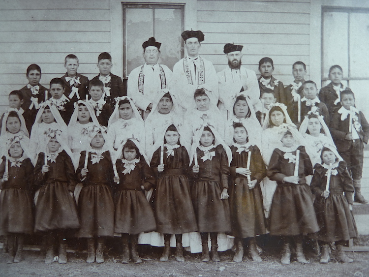 Martin Marty mit zwei Priestern und indianischen Erstkommunikanten an der Immaculate Conception Indian School, Stephan, Crow Creek Reservat, Süddakota, ca. 1888. (Quelle: Privatarchiv Manuel Menrath)