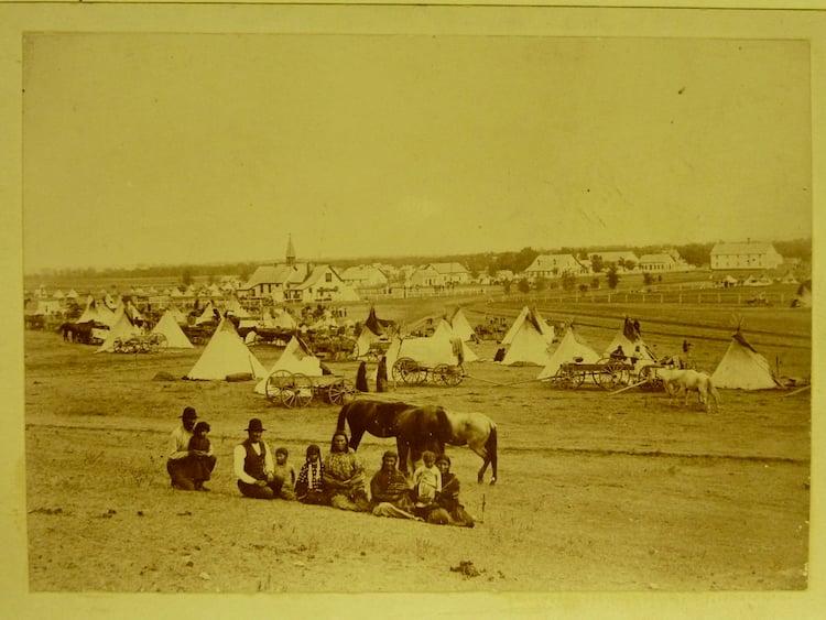 Sioux-Indianer bei der katholischen Missionsstation im Crow Creek Reservat, Süddakota, 1888. (Quelle: Privatarchiv Manuel Menrath)