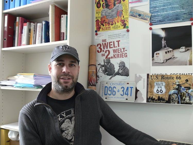 Der Luzerner Historiker Manuel Menrath in seinem Büro an der Universität Luzern. (Foto: pbu)