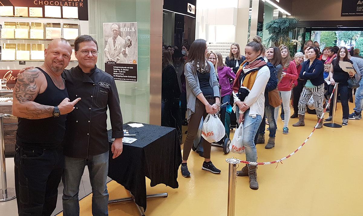 Schnell, es warten noch andere: Bäckerei-Inhaber Marcel Koch mit Gölä. (Bild: aml)