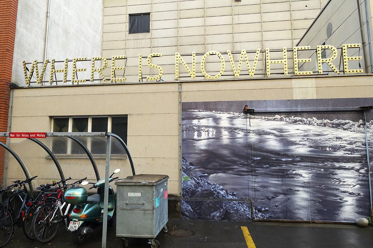 Aussenfassade der Pilothalle: Leuchtbuchstaben begrüssen den Zuschauer. (Bild: jwy)