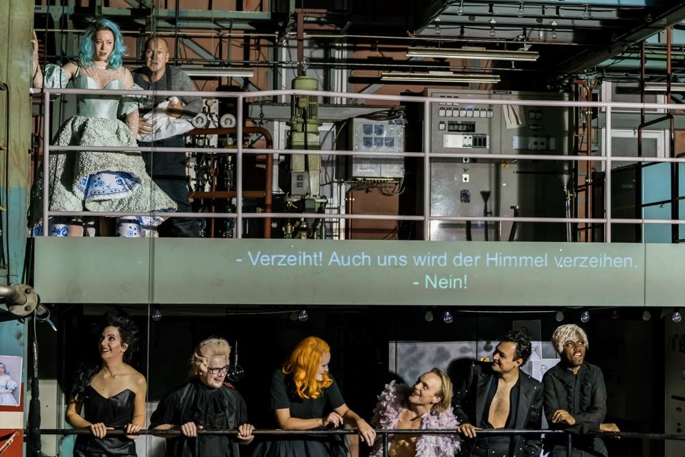 Auf verschiedenen Ebenen verteilen sich die Darsteller während der Oper. (Bild: Luzerner Theater)