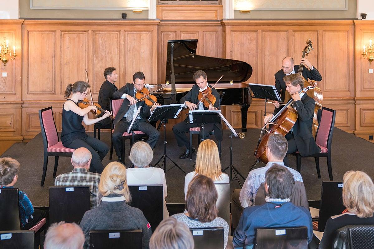 Oliver Schnyder am Flügel mit Lisa Schatzman, Jonas Erni, Alexander Besa, Heiner Reich und Petar Naydenov. (Bild: Ingo Höhn)