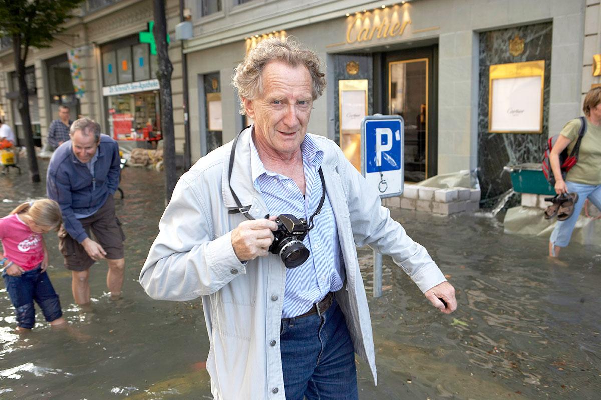 Fotograf Hans Eggermann 2005 beim Hochwasser in Luzern. (Bild: Emanuel Ammon/AURA)