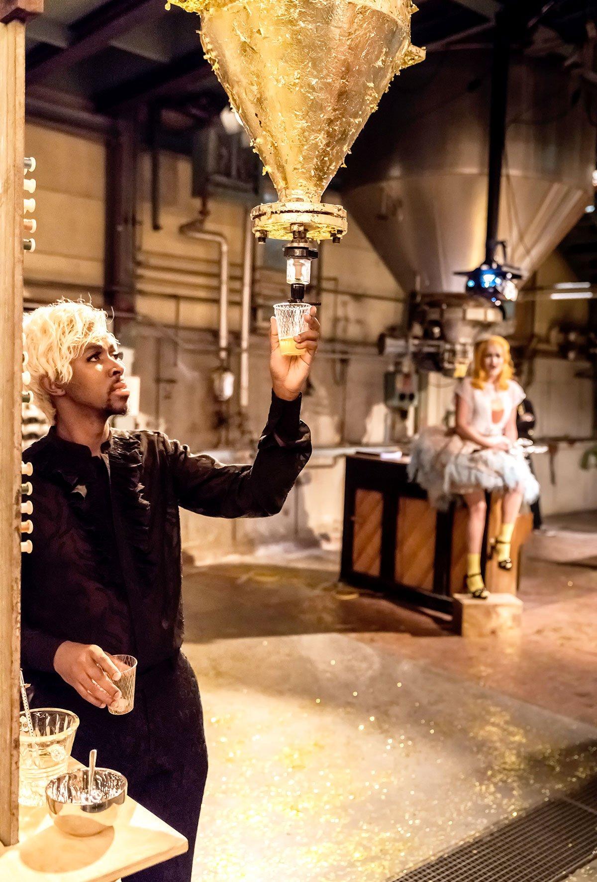 Party im Herzogspalast: Sparafucile (Vuyani Mline) und Contessa di Ceprano (Jeanett Neumeister). (Bild: Luzerner Theater/Ingo Höhn)