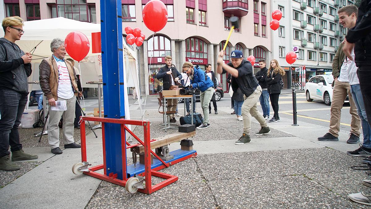 Feste draufhauen: Wer auf die Maschine haut, kriegt ein T-Shirt. (Bild: rmu)
