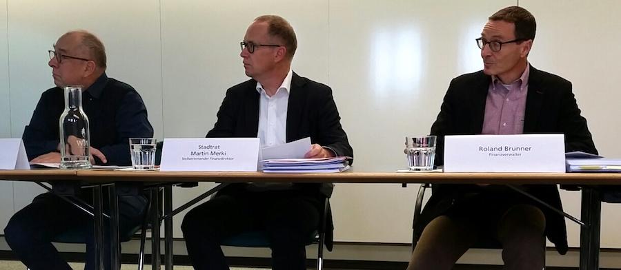 Präsentierten diesen Donnerstag vor den Medien das Budget 2017: Finanzverwalter Roland Brunner (rechts) und Finanzdirektor ad interim Martin Merki. Links aussen Kommunikationschef Niklaus Zeier (Bild: lwo).