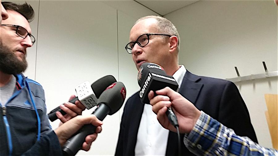 Stadtrat Martin Merki gibt nach der Medienorientierung zum Budget 2017 den Journalisten Auskunft (Bild: lwo)