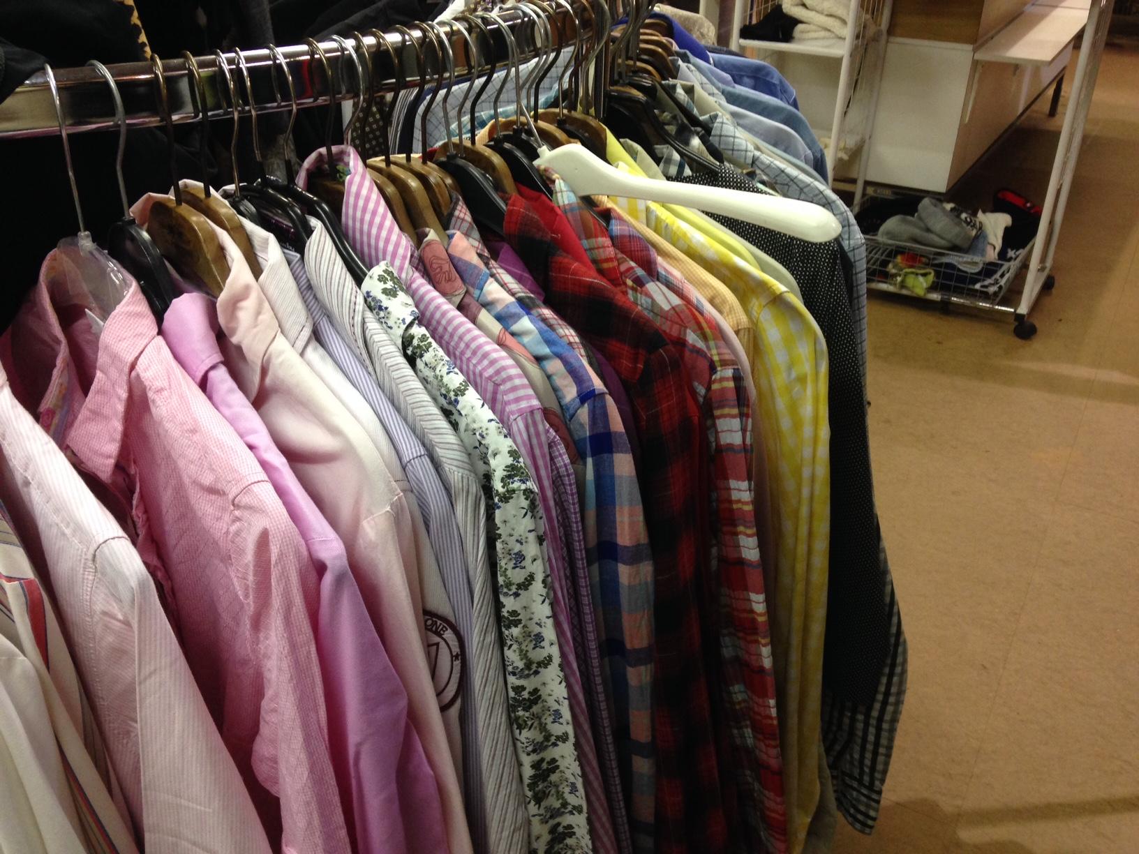 Hemden und Blusen im Brockenhaus nach Farbe sortiert. So geht Ordnung. (Bild: zentralplus/bas)