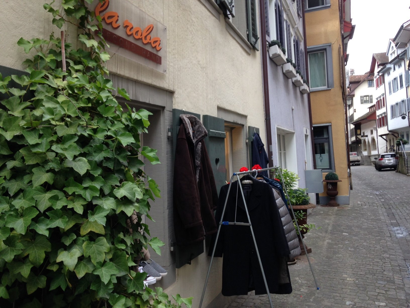 La Roba, der Secondhand-Laden mitten in der Zuger Altstadt punktet insbesondere mit seinem Charme. (Bild: zentralplus/bas)