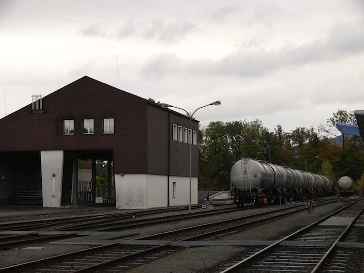 Der grösste Teil des Ethanols kommt mit der Bahn. Im Bild die Abfüllanlage in Schachen.