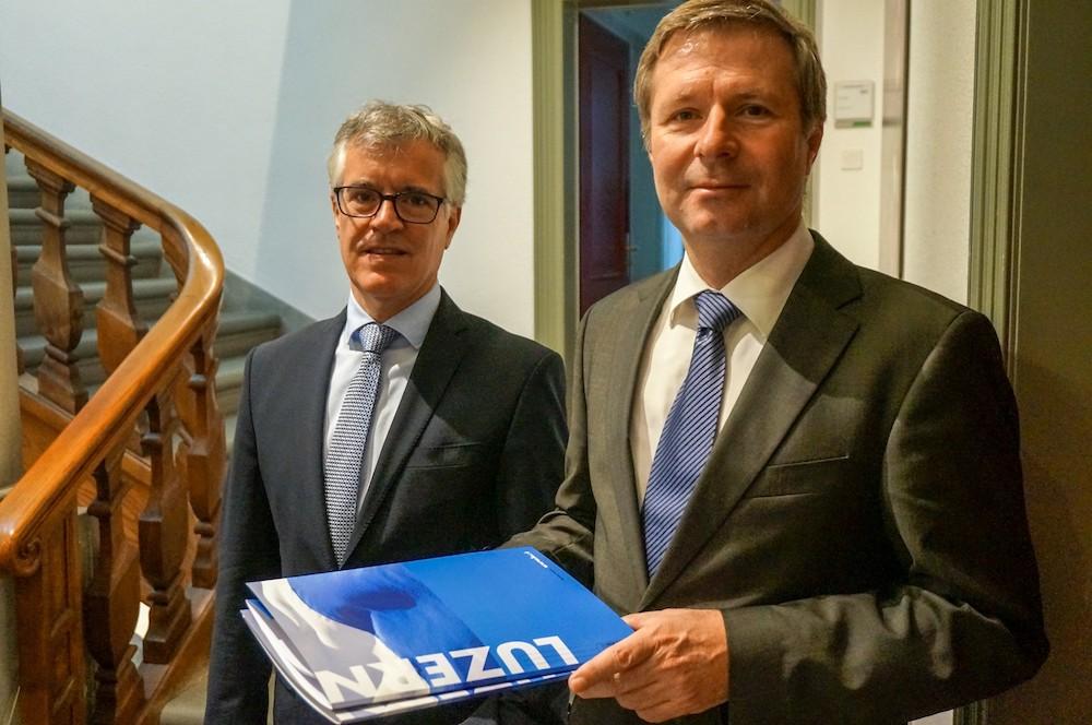 Hansjörg Kaufmann (links) und Marcel Schwerzmann präsentieren das Budget 2017 des Kantons Luzern.