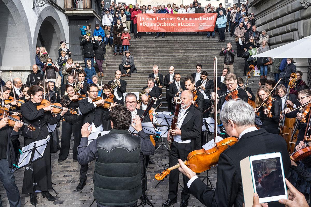 Samt Banner protestierten die Musiker des LSO gegen die kantonalem Sparmassnahmen. (Bild: Thomas Plain)