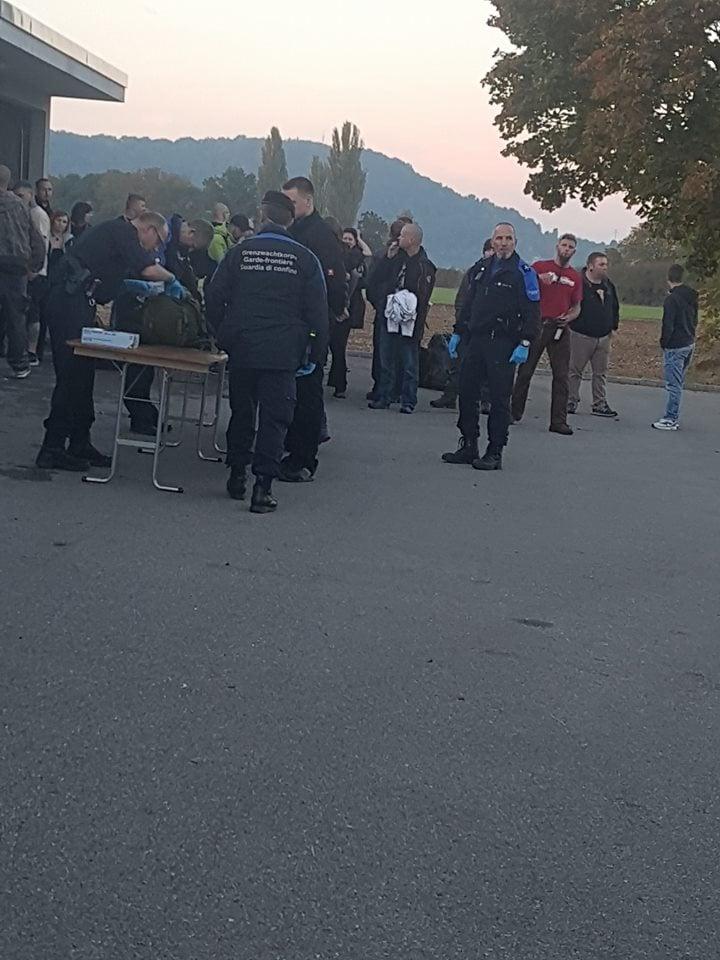 Polizei-Durchsuchungen vor der Konzerthalle.