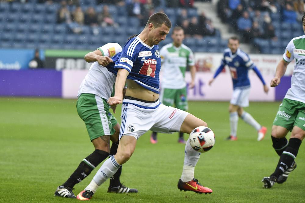 Der ex-FCL-Spieler Alain Wiss ging vergangenen Sonntag beim Spiel gegen den FC St. Gallen Tomi Juric im Zweikampf an die Wäsche (Bild: Meienberger-photo.ch).