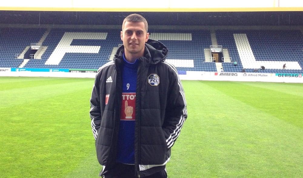Tomi Juric präsentiert sich nach dem Interview mit zentralplus im FCL-Stadion (Bild: Dino Tsakmaklis).