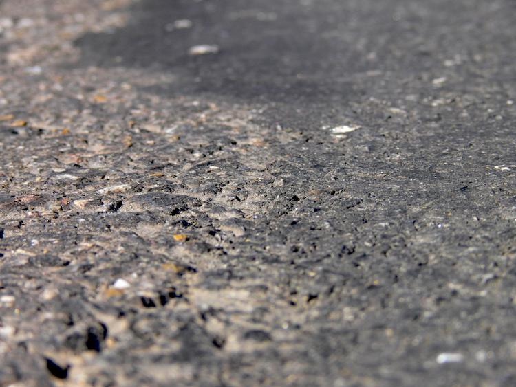 Direktvergleich der Beschaffenheit: Links ein in die Jahre gekommener konventioneller Strassenbelag, rechts der neue Flüsterbelag auf der Langensandstrasse.
