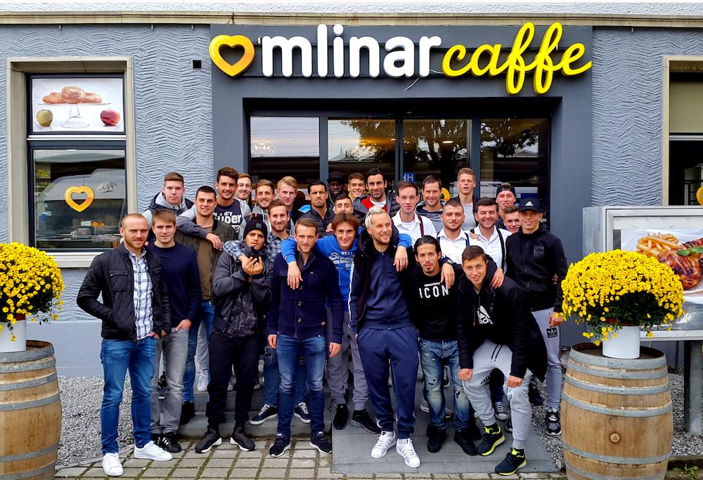 Die Mannschaft des FCL besucht die neue Beiz von Tomislav Puljic in Emmenbrücke (Bild: FCL).