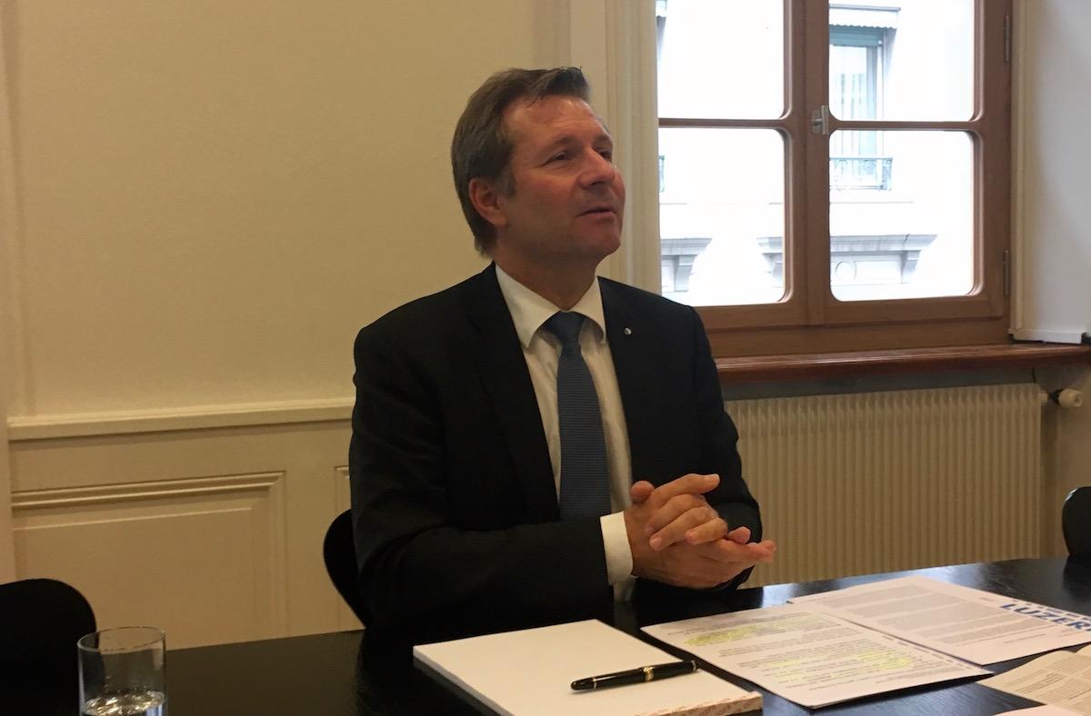 Der Luzerner Finanzdirektor Marcel Schwerzmann präsentiert seine Argumente.