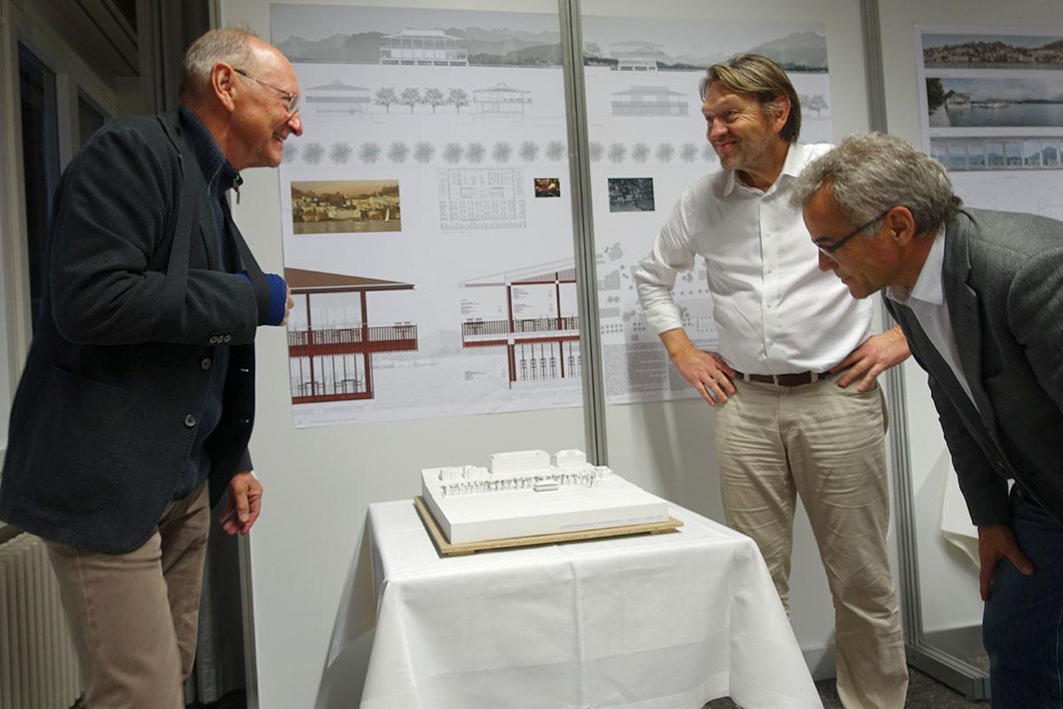 Nehmen das Modell genau unter die Lupe: Bauherr Peter Eltschinger (links), Juryvorsitzender Marc Syfrig (Mitte) und Andreas Binkert, Vizepräsident des Yachtclubs. (Bild: jwy)
