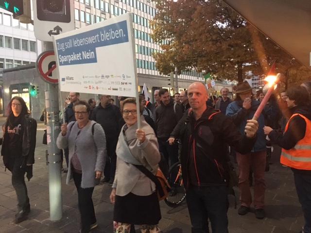 Zuger demonstrieren gegen das Sparpaket.