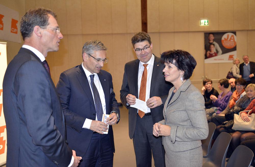 CVP-Grössen an einem Parteianlass unter sich. Von links: Regierungsrat Reto Wyss, Regierungsrat Guido Graf, Parteipräsident Pirmin Jung und CVP-Bundesrätin Doris Leuthard.