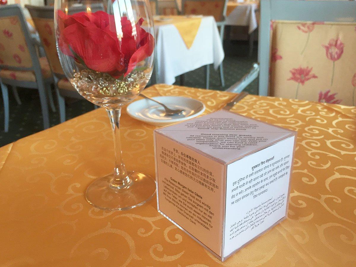 Der neue Würfel auf den Tischen im Hotel Monopol informiert Gäste in fünf Sprachen – Englisch, Deutsch, Chinesisch, Hindi/Indisch, Arabisch. (Bild: zvg)