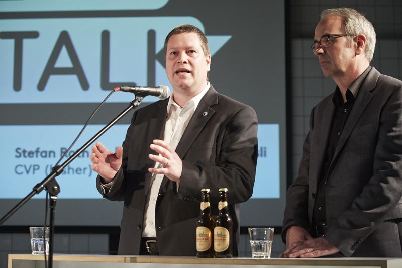Peter With (SVP, am Mikrofon) forderte, dass die Stadt auch mit dem Auto gut erreichbar bleibe. Daneben Beat Züsli (SP).