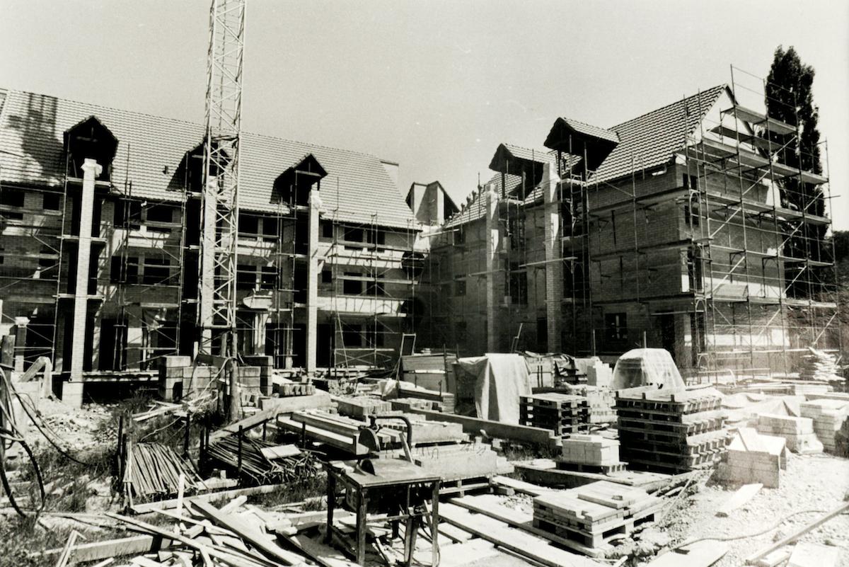 Das RomeroHaus im Bau im Jahr 1985.
